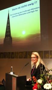 Frau Y Faller Münsterbaumeisterin Freiburg mit Folie